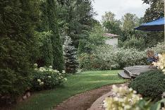 Nurmipihalla on käytetty luonnonkiveä kukkapenkkien ja kulkuteiden viimestelyissä.