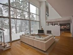 Ateljee olohuoneesta on käynti ruokailutilaan ja keittiöön, jonka erottaa avotakka.
