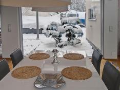 Ruokailutilasta on iso ikkuna länteen ja itään.