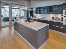 Avara ja tilava keittiö, josta käynti lasitetulle terassille.