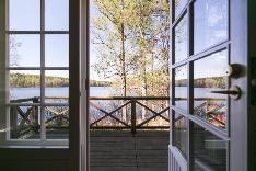Olohuoneen parveke järvinäkymillä