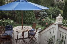 Kesällä on on ihana ruokailla tai juoda kahvit suojaisalla terassilla.