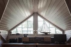 Yläkerran sisäkaton näyttävä harja ja suuret yläikkunat tuovat arkkitehtonisuutta ja ilmeikkyyttä.