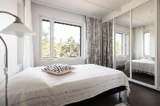 Kulmamakuuhuonetta avartaa peililiukuovet ja upea metsämaisema rauhoittaa.