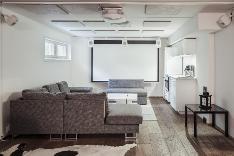 Kellarissa on tilava kotiteatterihuone moneen käyttöön sekä paljon muuta aputilaa.