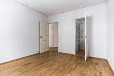 Päämakuuhuone, josta käynti vaatehuoneeseen ja kylpyhuoneeseen