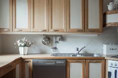 Tilavassa keittiössä on hyvin työskentelytilaa. Sen vierellä on erillinen ruokahuone.