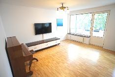 Tilava parvekkeellinen olohuone