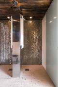 Sivurakennuksen saunan pesutiloissa on kaksi suihkua.
