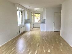 Olohuoneen näkymää keittiön suuntaan.