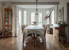Olohuoneessa on kaunis erkkeri korkeine ruutuikkunoineen.