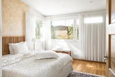 Makuuhuoneet ovat valoisia ja tilavia.