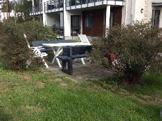 Taloyhtiön sisäpihalla asukkaiden käytössä puutarhakalusteet